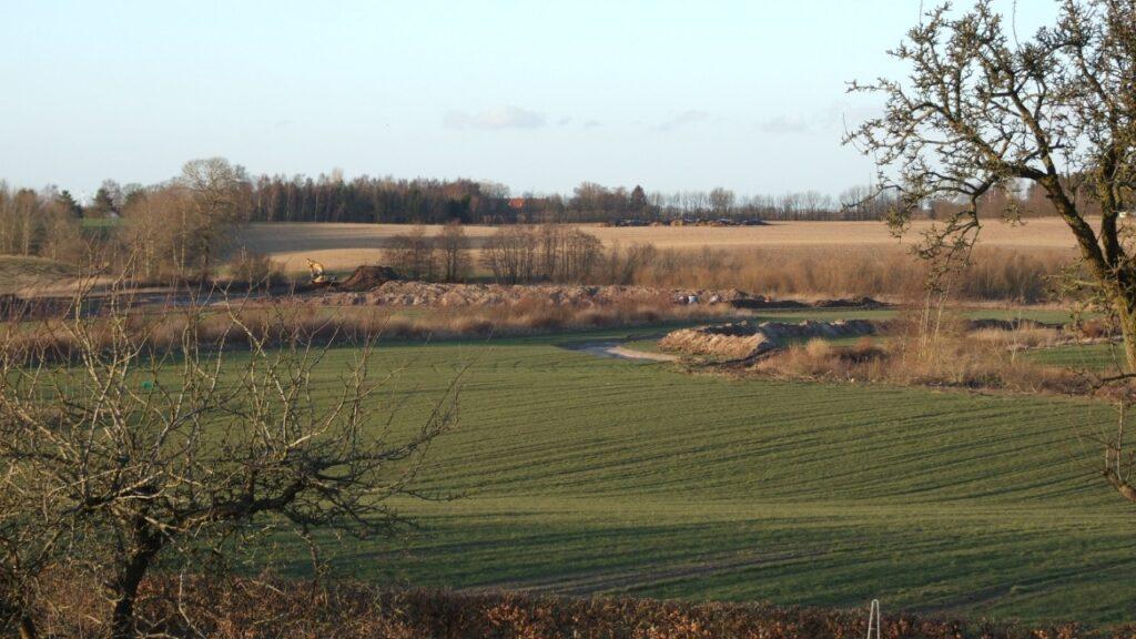 Vådområde hvor der ligger stakke af jord