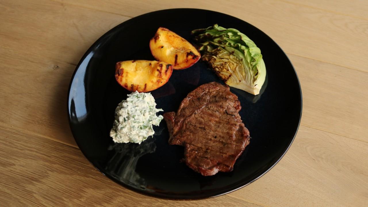 Grillede Venø-steaks med rygeostcreme